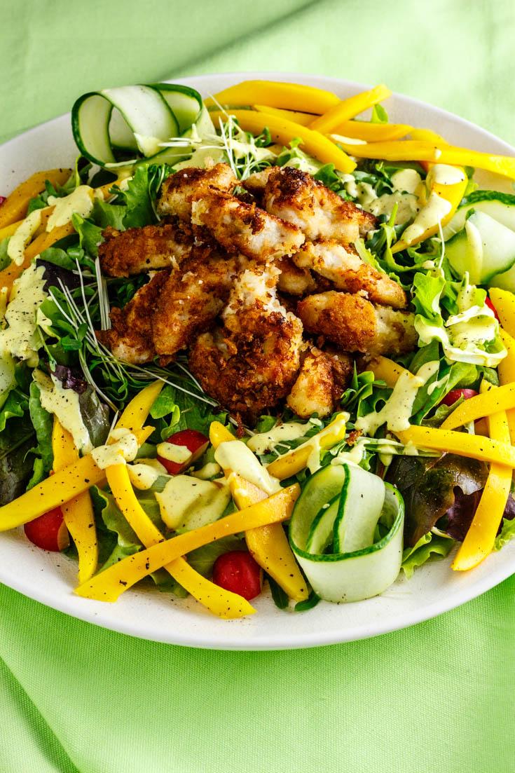 Spiksplinternieuw Frisse salade met krokante vegan kipstukjes, mango en zachte AW-34